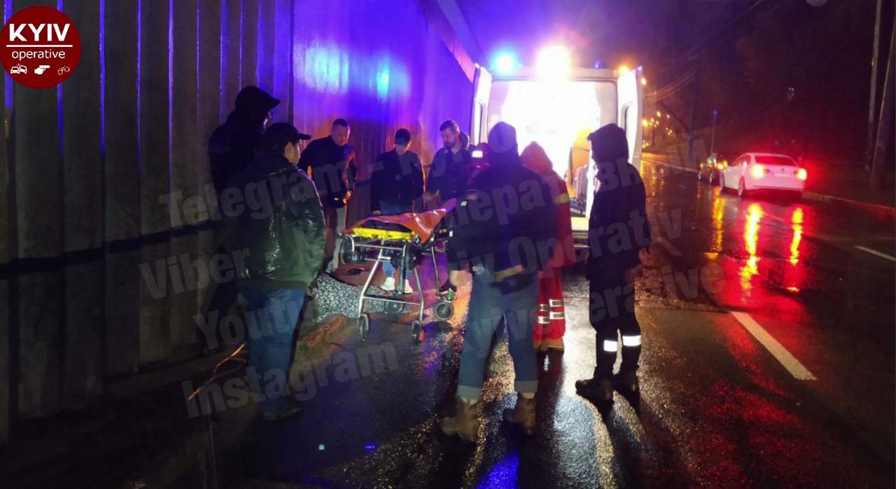 В Киеве автомобиль сбил нетрезвую женщину (видео)