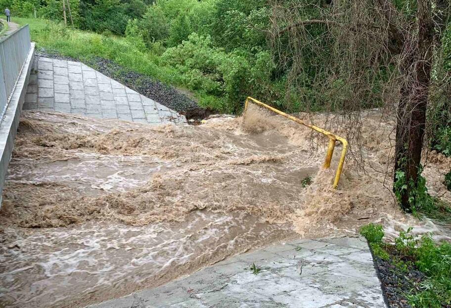 Ливень и ураган в Киевской области - в одном из сел прорвало дамбы и размыло дороги - фото, видео - фото 1