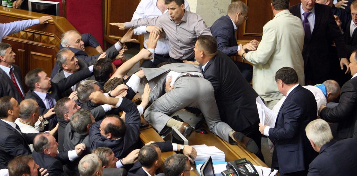 Щоб відволікти увагу від своїх декларацій, депутати згодні навіть на бійку