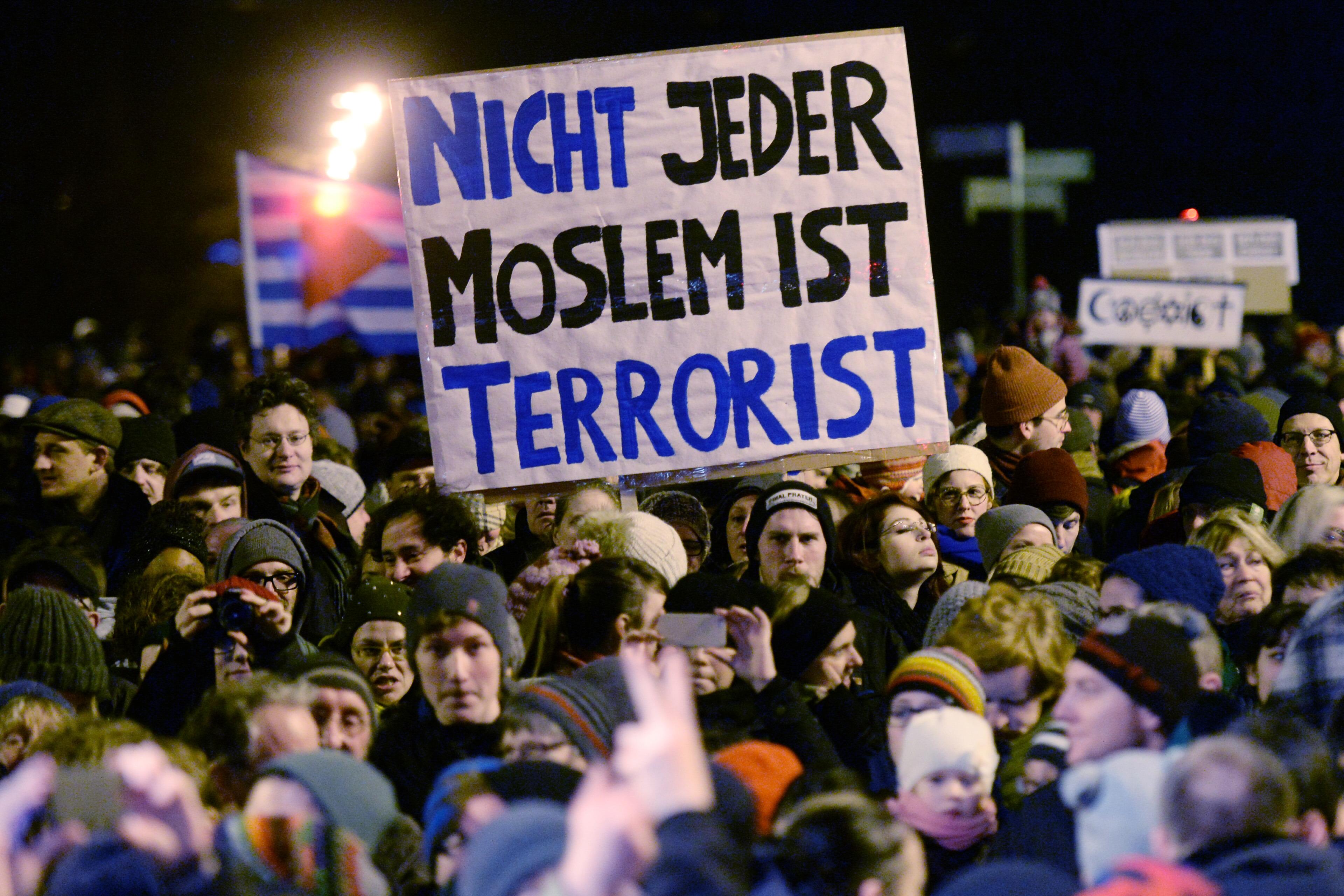 Не каждый мусульманин террорист (с нем.). Фото: EPA/HENDRIK SCHMIDT
