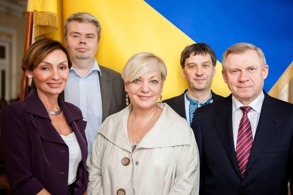 Первая слева - Екатерина Рожкова. По центре - председатель НБУ Валерия Гонтарева. Фото НБУ