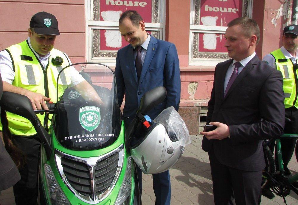 Мэр города Руслан Марцинкив (в центре) осматривает скутер