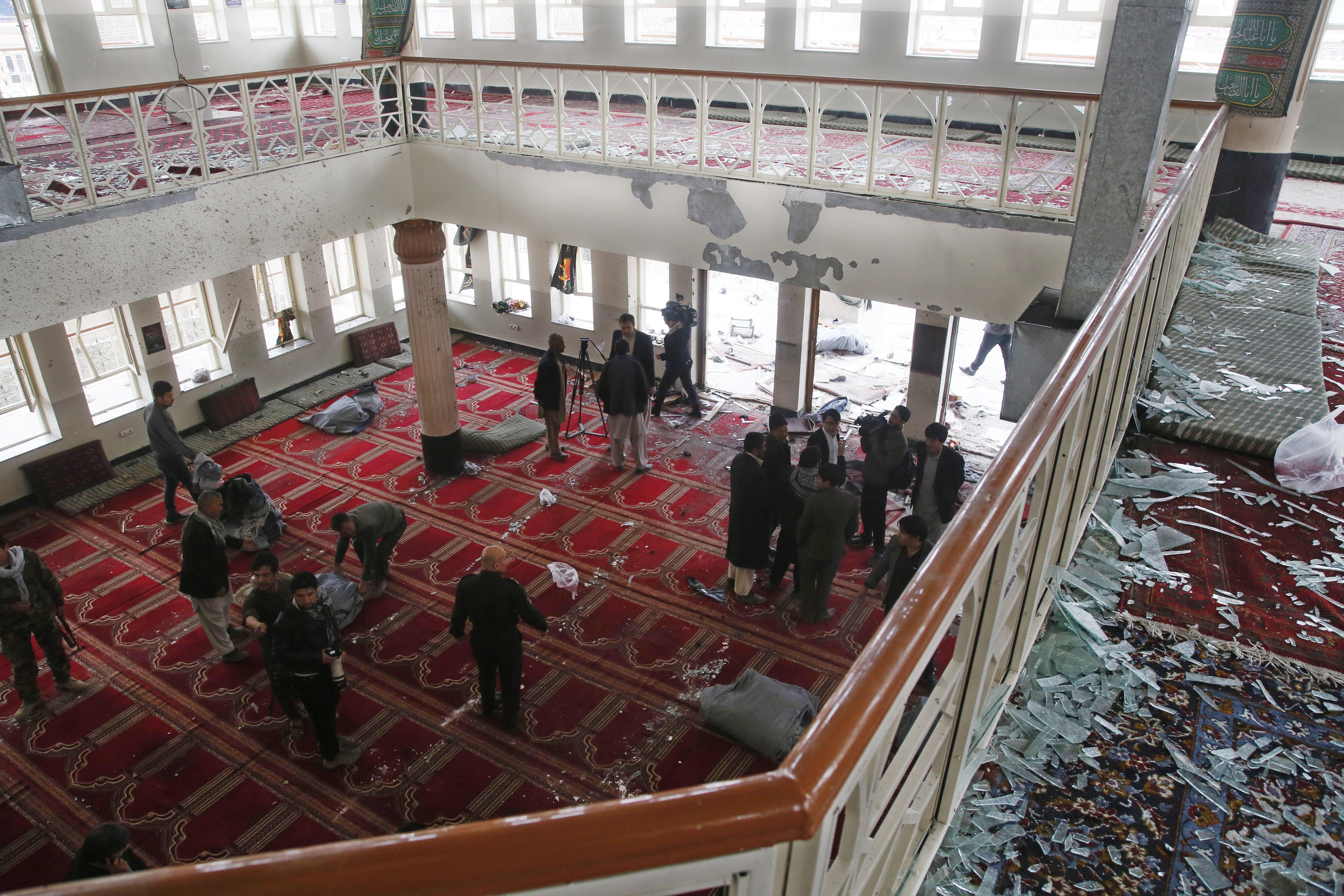 27 человек убито в шиитской мечете Кабула. Фото: EPA/JAWAD JALALI