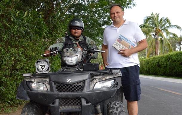 Каськив в Панаме с местным полицейским
