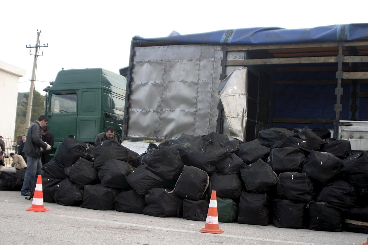 Около двух тонн марихуаны обнаружила албанская полиция в грузовике, направлявшемся в Грецию. Фото: EPA/ALBANIAN POLICE/HANDOUT
