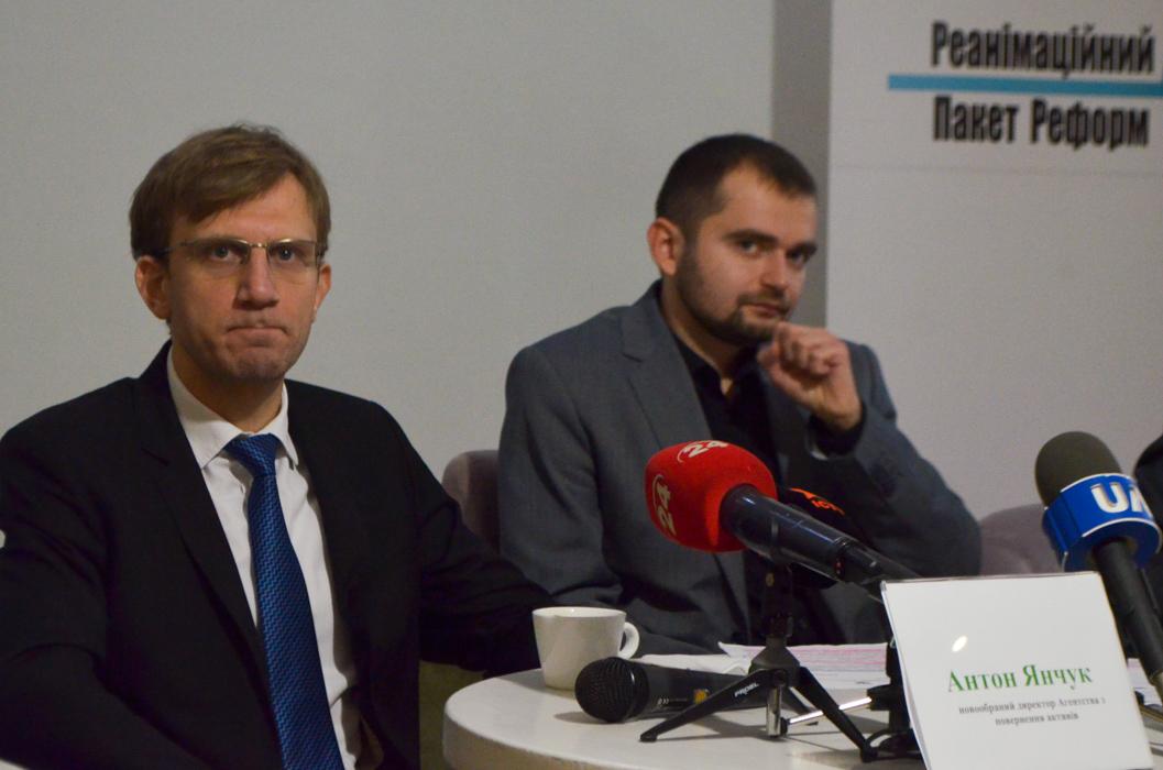 Антон Янчук (слева)