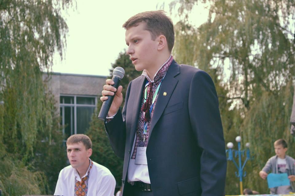 21-летний студент Виталий Дякив победил на выборах в Давыдове 50-летнего оппонента и теперь строит в родном селе  новую Украину