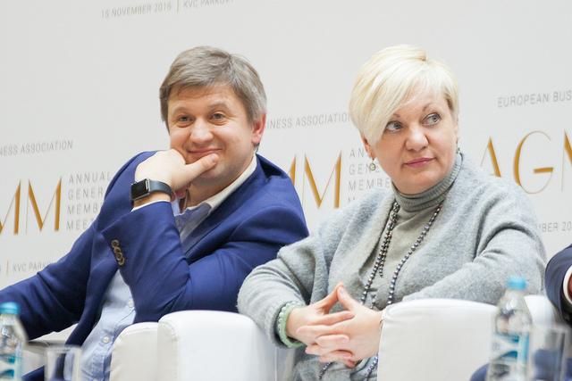 Министр финансов Александр Данилюк и глава НБУ Валерия Гонтарева пока смотрят по-разному на вопрос с отчислением прибыли Нацбанка в госбюджет Фото: пресс-служба НБУ