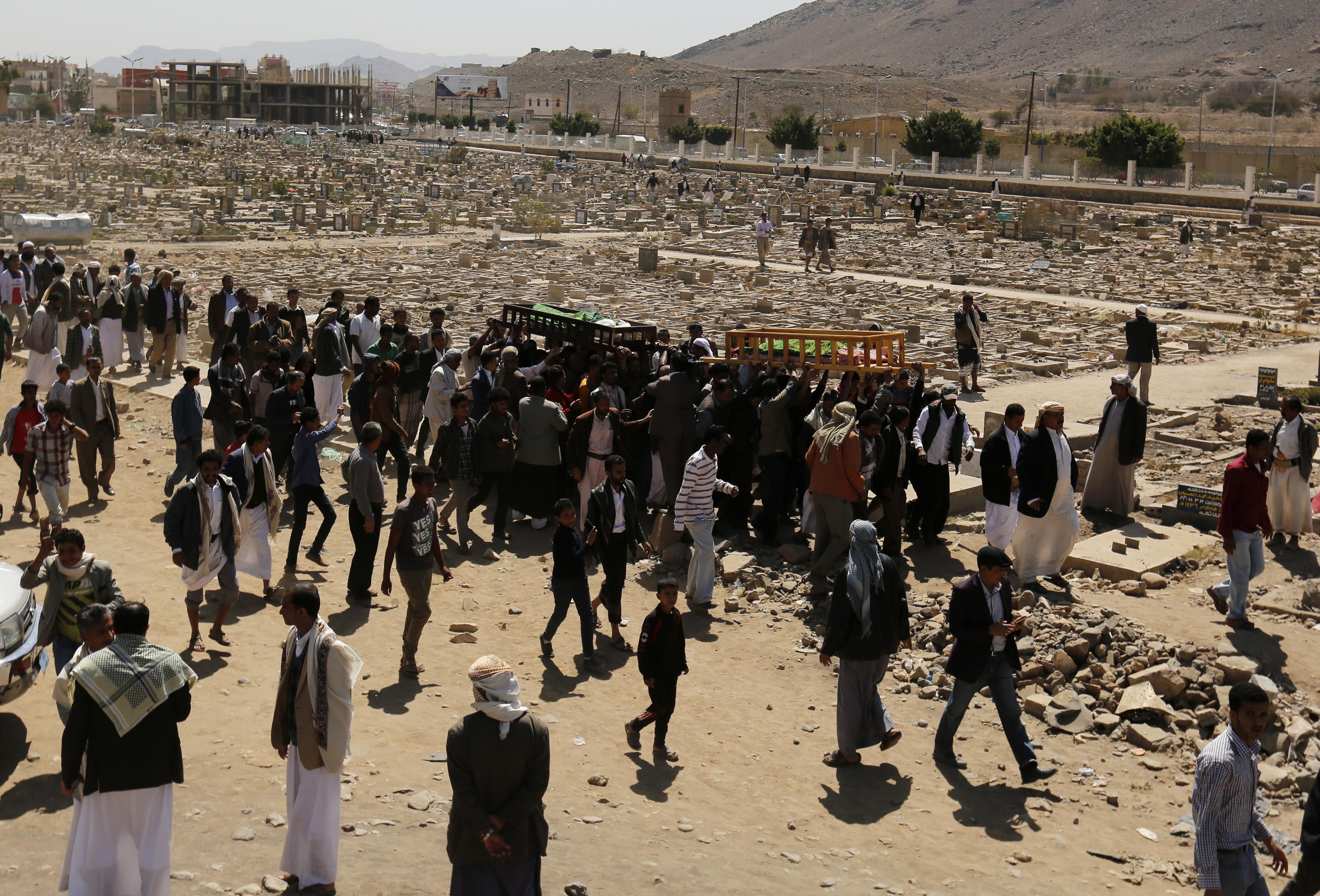 Последствия обстрела Саудовской Аравией Саны кассетными бомбами. Фото: EPA