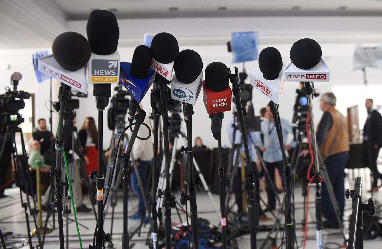 Одно из последних решений в прошлом году – ограничить доступ журналистам к заседаниям в парламенте – вызвало бурю возмущения и вывело тысячи людей на улицы Варшавы