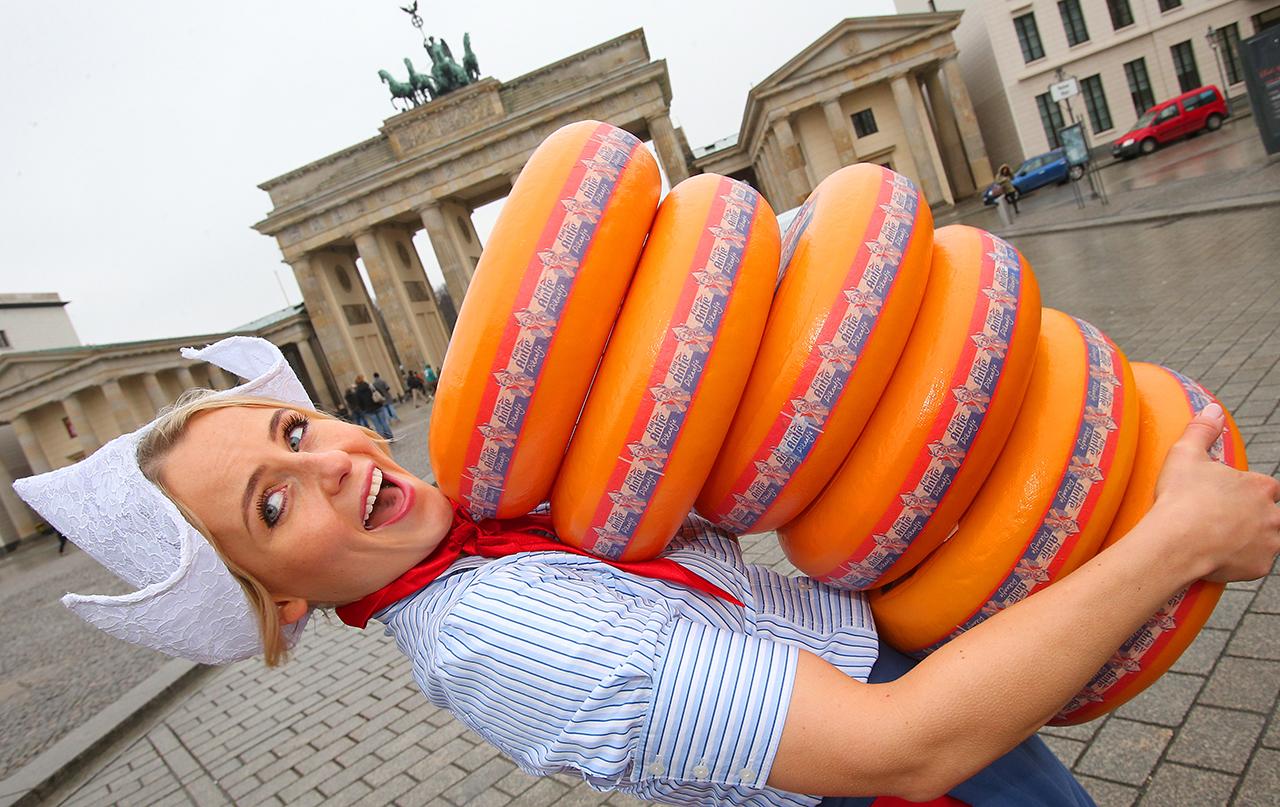 Зеленая неделя в Германии - это огромные упаковки сыра Гауда, похожие на макаруны