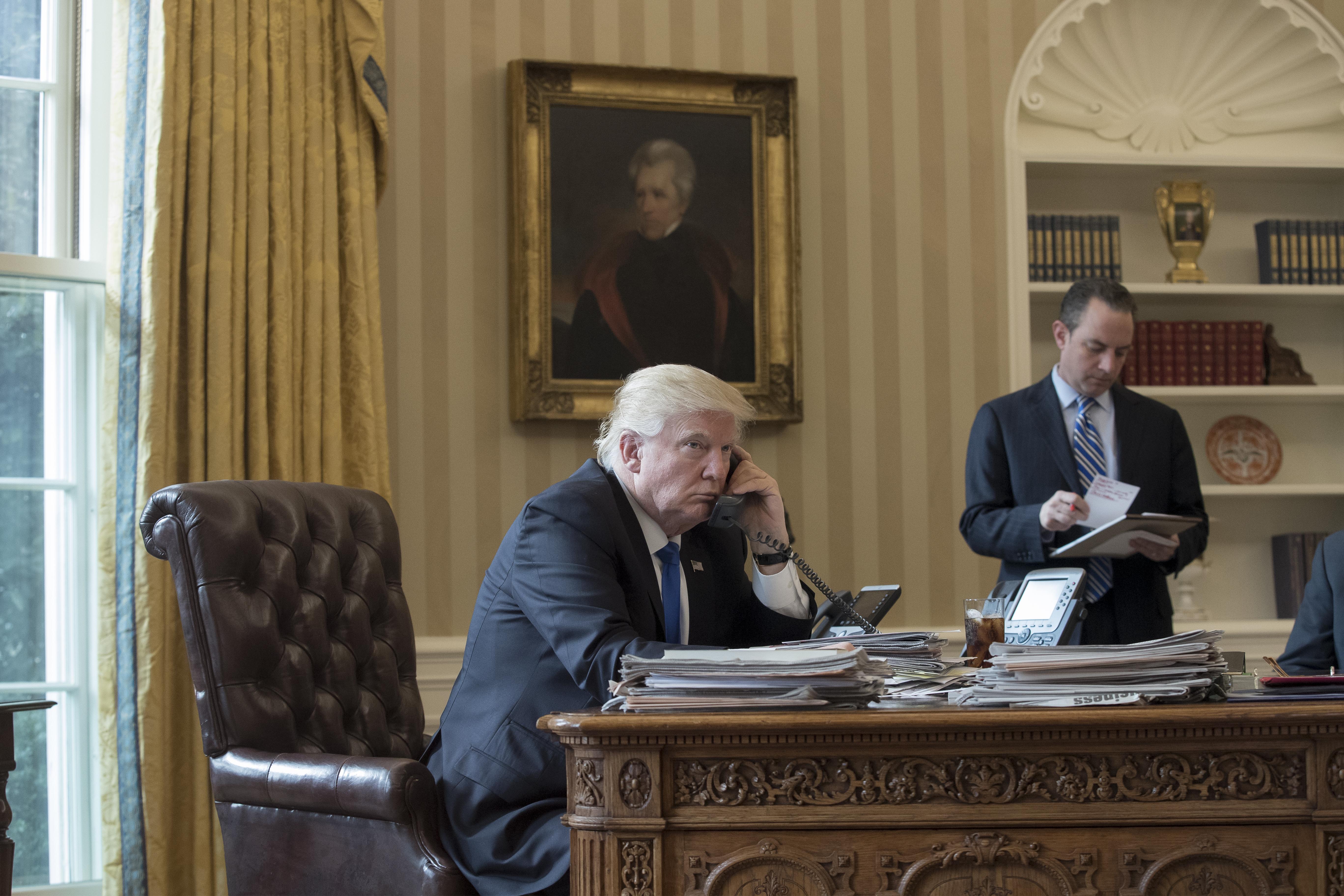 Дональд Трамп во время телефонного разговора с Владимиром Путиным. Фото: EPA