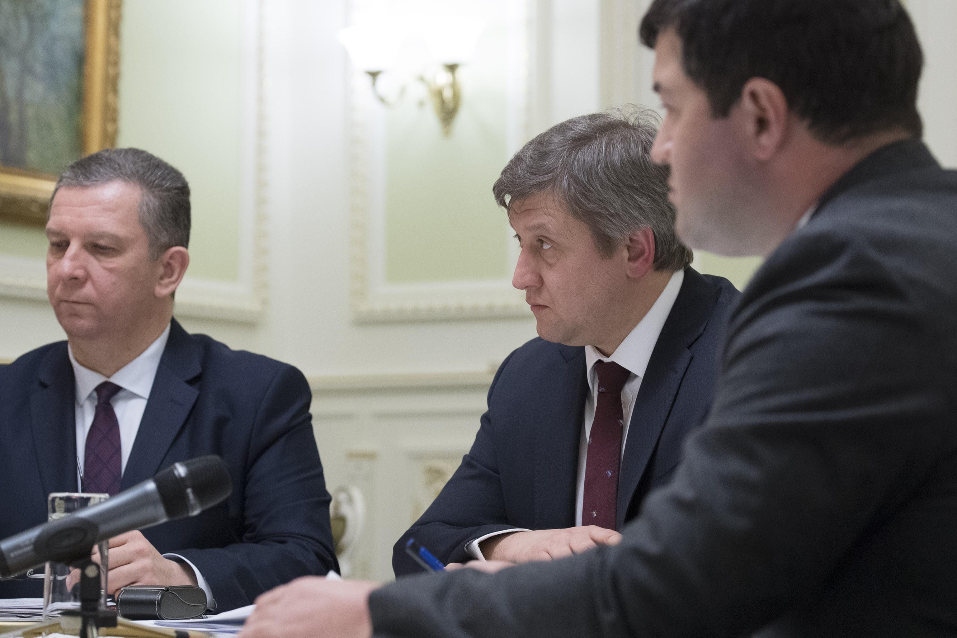 Министр социальной политики Андрей Рева (слева), министр финансов Александр Данилюк (по центру) и глава ГФС Роман Насиров (справа) Фото: kmu.gov.ua