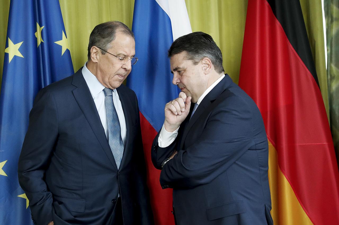 Министр иностранных дел Германии Зигмар Габриэль и министр иностранных дел России Сергей Лавров. EPA/CARSTEN KOALL