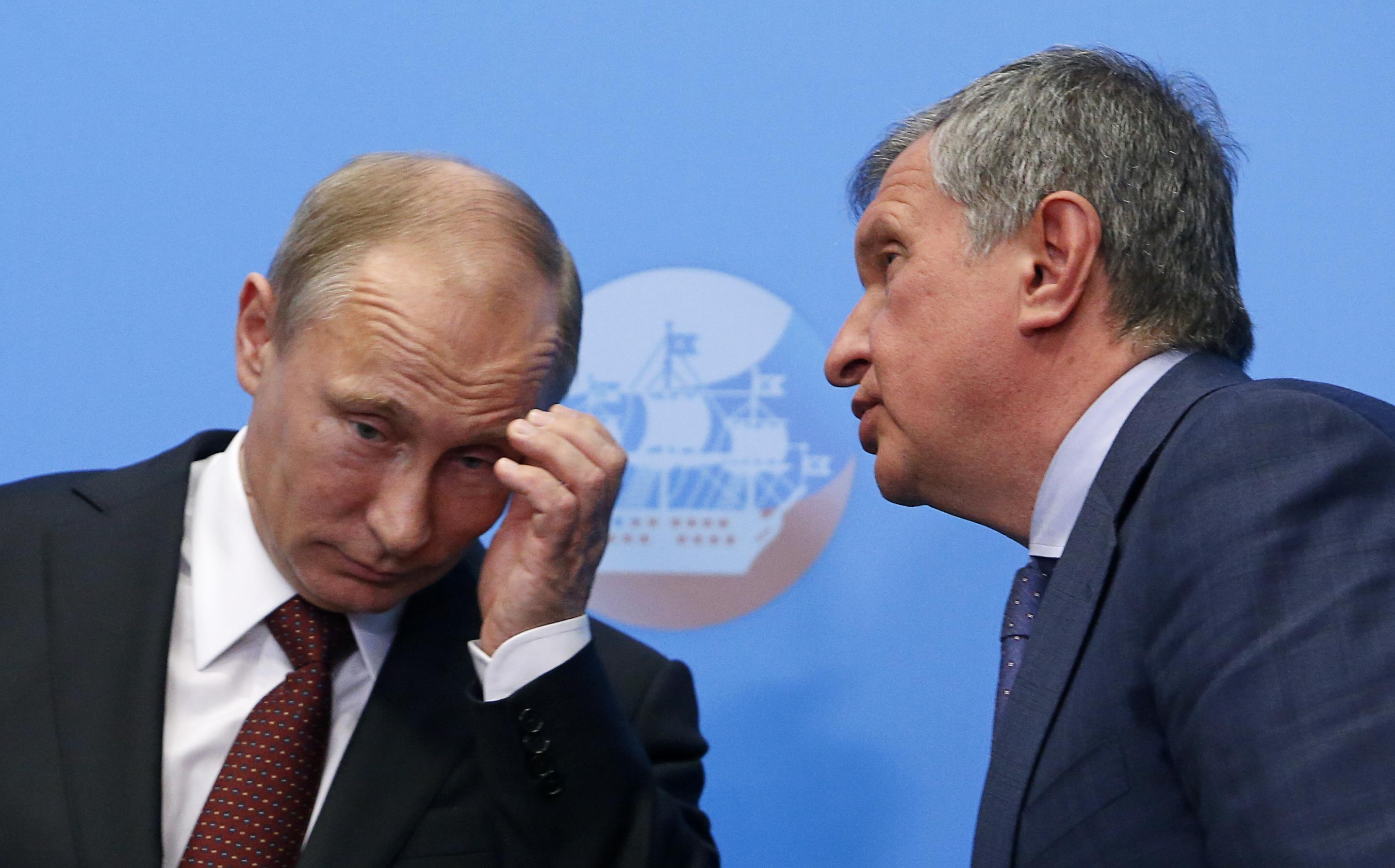 Игорь Сечин первый возле Владимира Путина