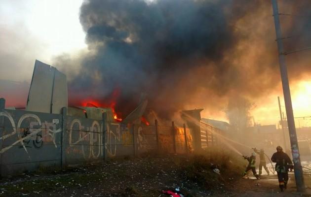 ВКиеве около станции метро появился мощный пожар