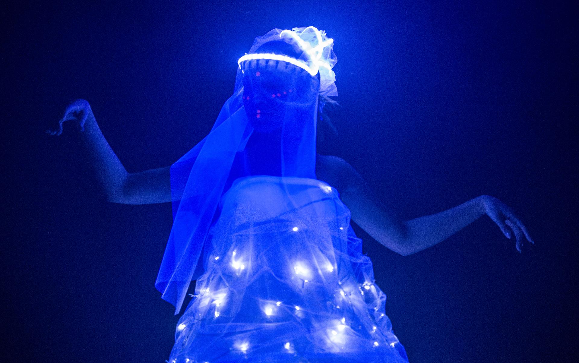 Модель на показе мод во время Фестиваля света в Оффенбахе, Германия, 12 марта 2016 года. EPA / BORIS ROESSLER