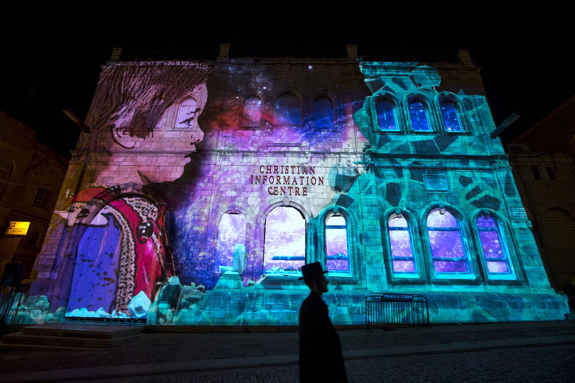 Световая проекция «Принц огней» на фасаде Христианского информационного центра в Иерусалиме. Израиль, 25 мая 2016 года. EPA / JIM HOLLANDER