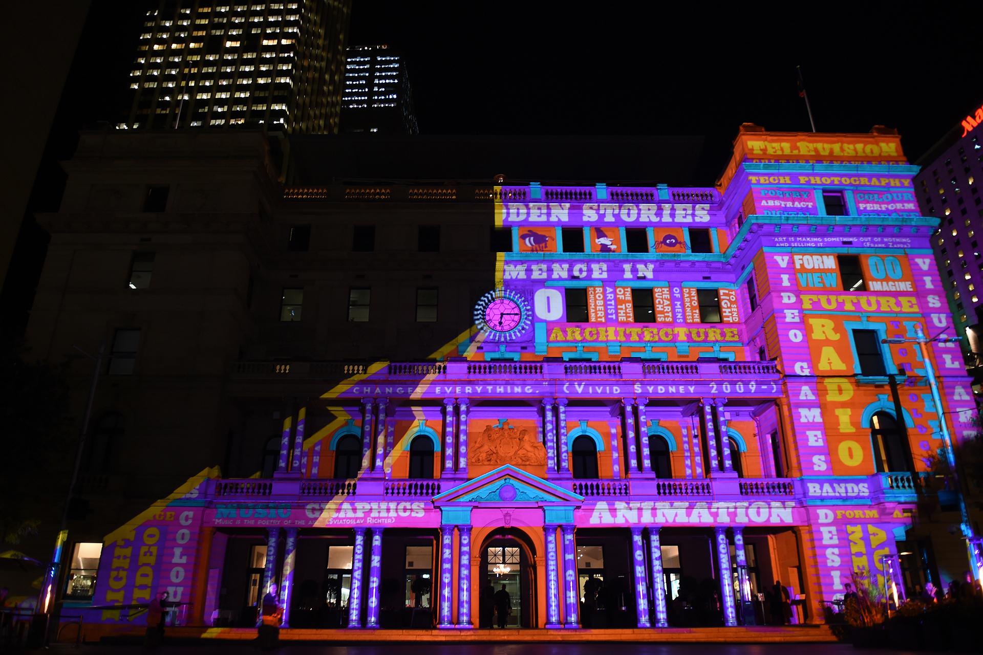 Инсталляция «Тайные истории» в рамках Фестиваля света в Сиднее, Австралия, 26 мая 2016 года. EPA / DEAN LEWINS
