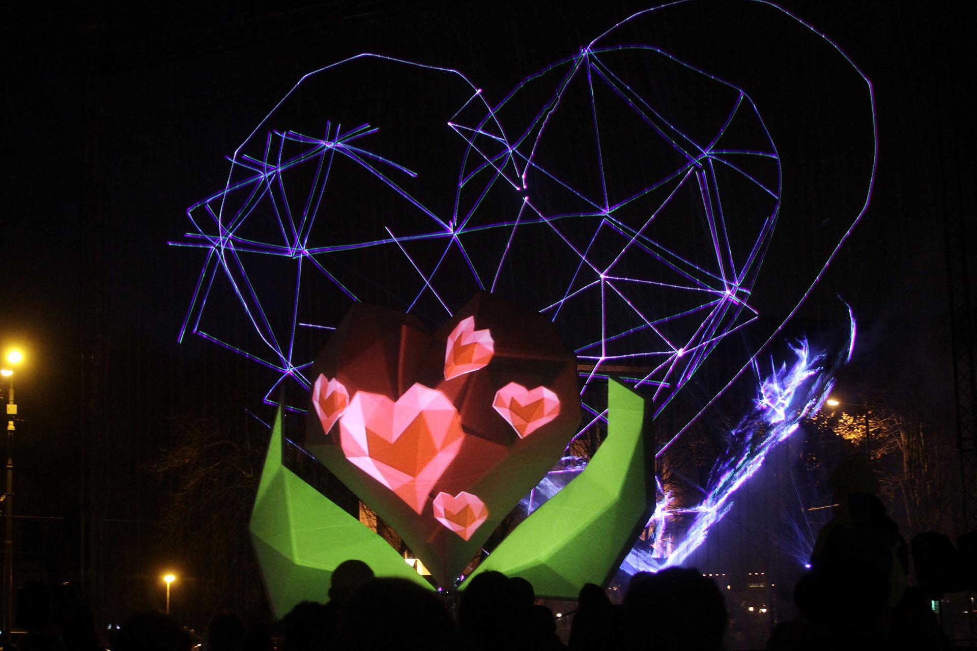 Световая инсталляция во время традиционного фестиваля света Staro Riga, Латвия, 19 ноября 2016 года. EPA / VALDA KALINA