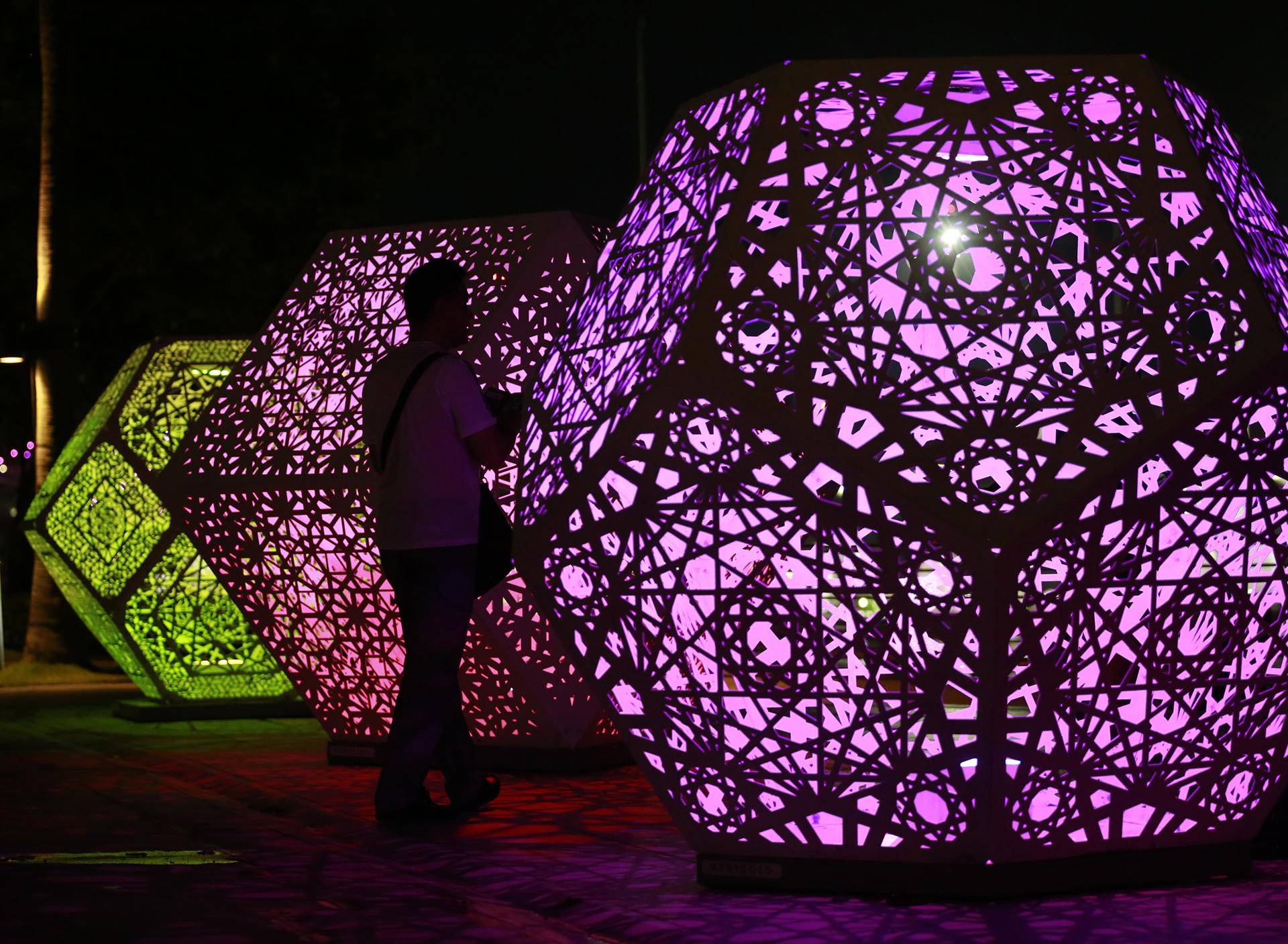 Мужчина гуляет возле освещенных скульптур, фестиваль i Light Marina Bay Festival в Сингапуре, 01 марта 2017 года. EPA / WALLACE WOON