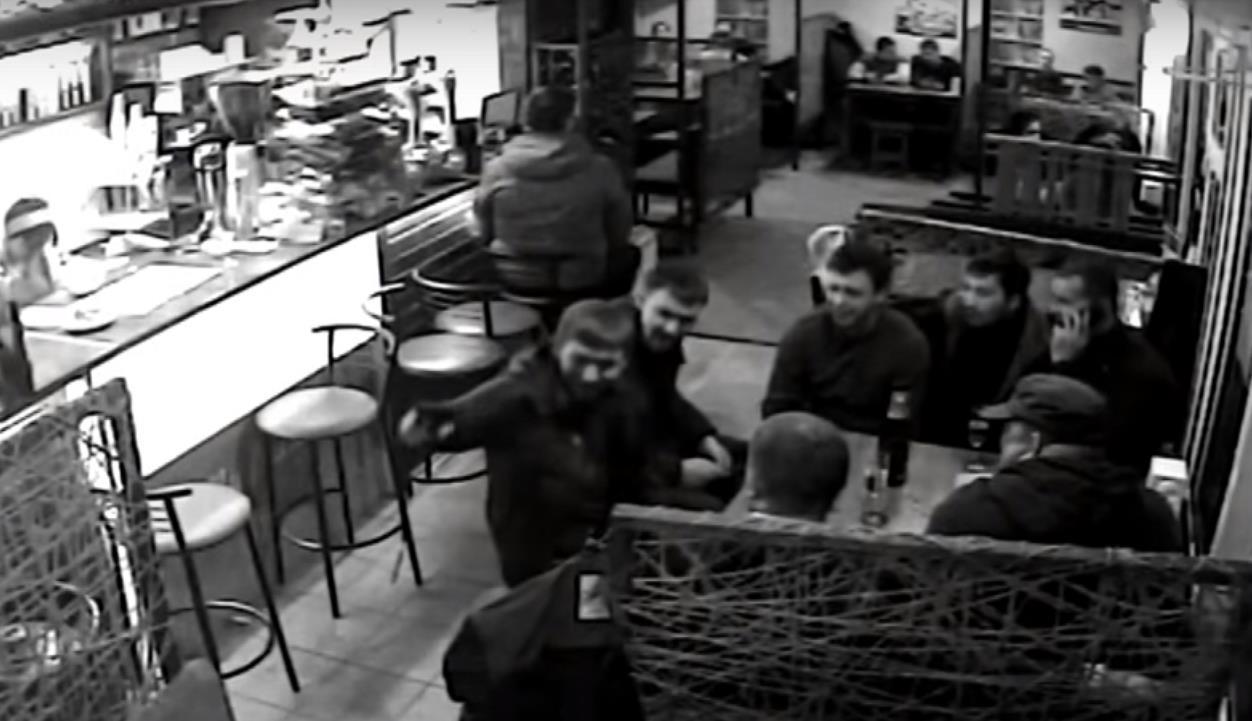 Прокурорский водитель устроил стрельбу в кафе My friends на улице Центральной в Покровске (скриншот видео)