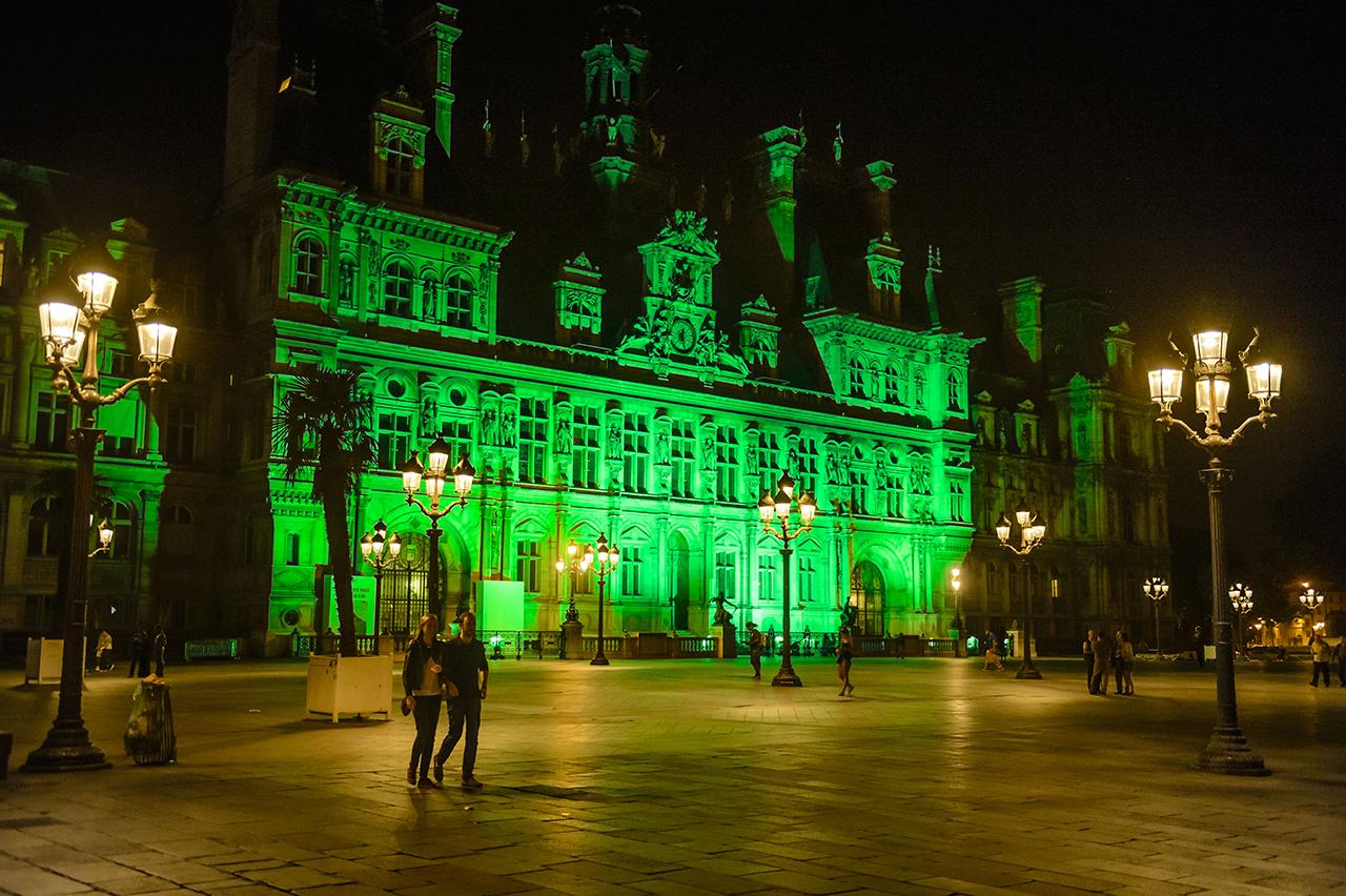 Мэрия Парижа освещена зеленым в знак неодобрения решения Трампа о выходе из Парижского климатического соглашения. Фото: EPA/CHRISTOPHE PETIT TESSON