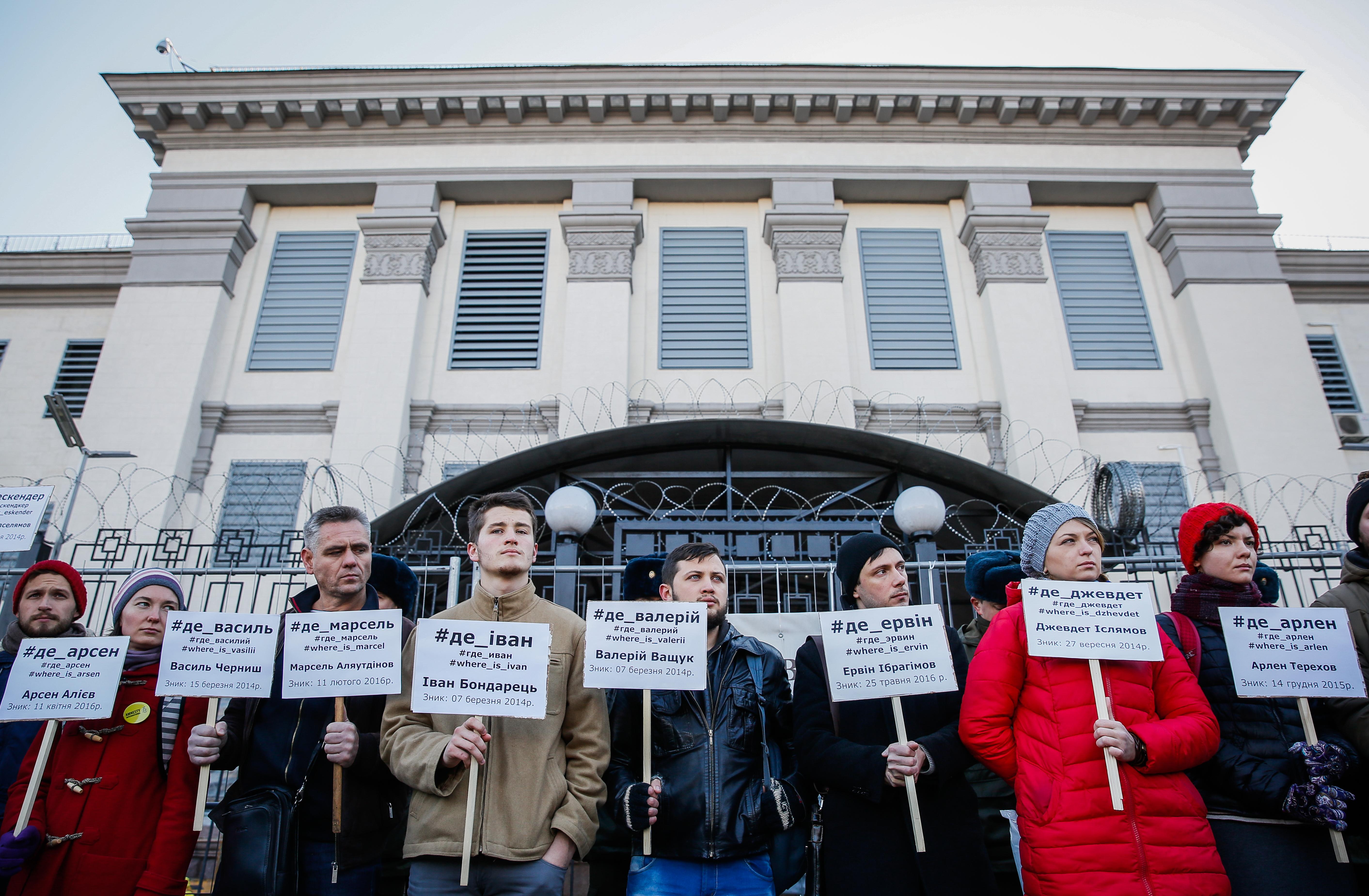 Крымские татары и украинские активисты перед посольством РФ в Киеве. Фото: EPA