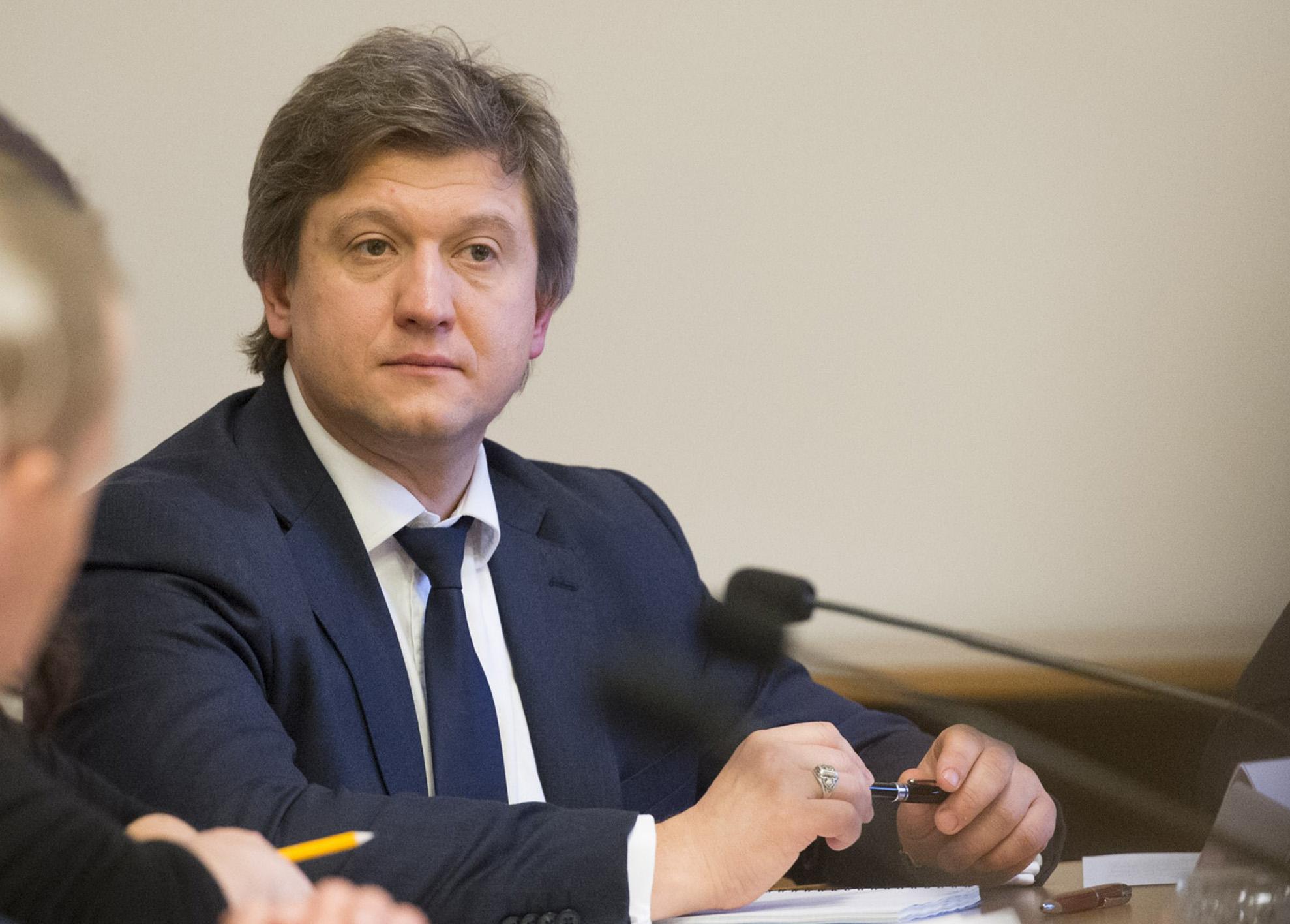 Министр финансов Александр Данилюк предлагает поставить точку в вопросе о минимальных ценах на табачные изделия.
