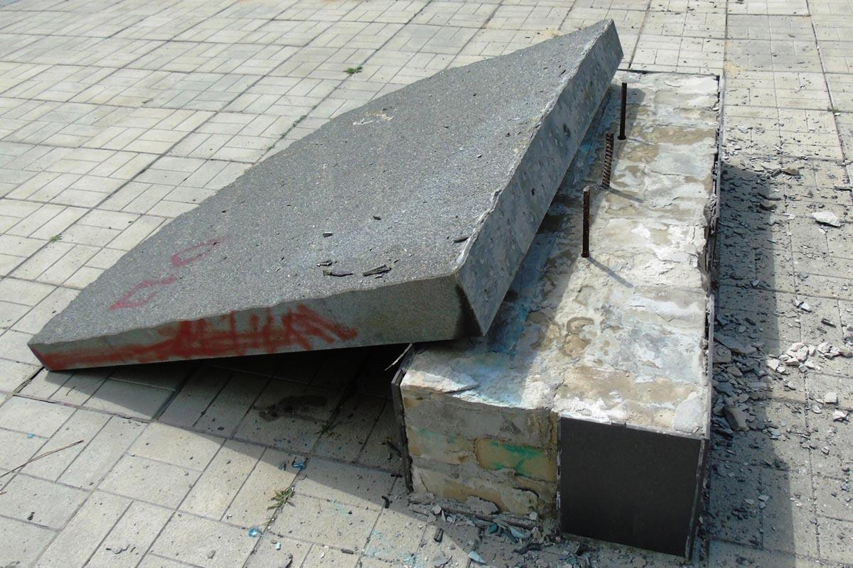 Фото разрушенного памятного знака