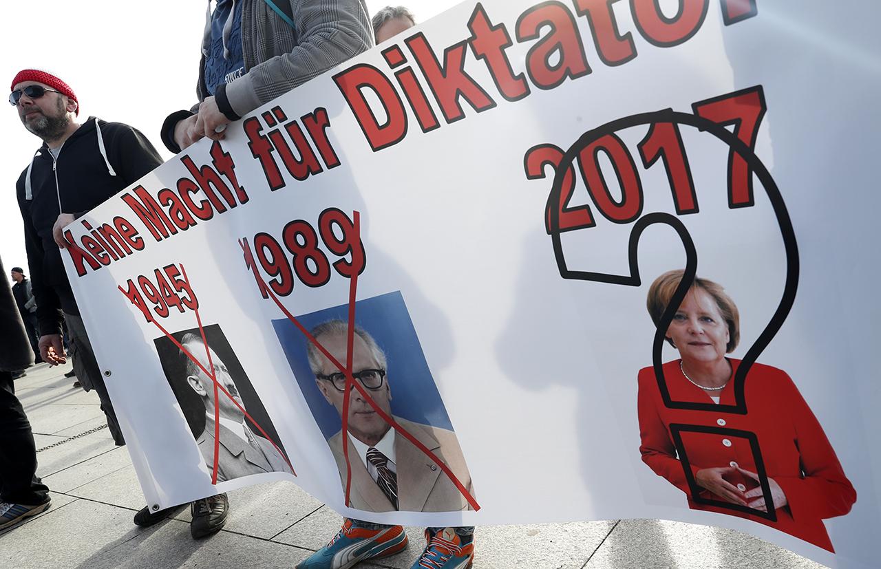 Акция протеста ультраправых в Берлине. Фото: EPA/FELIPE TRUEBA