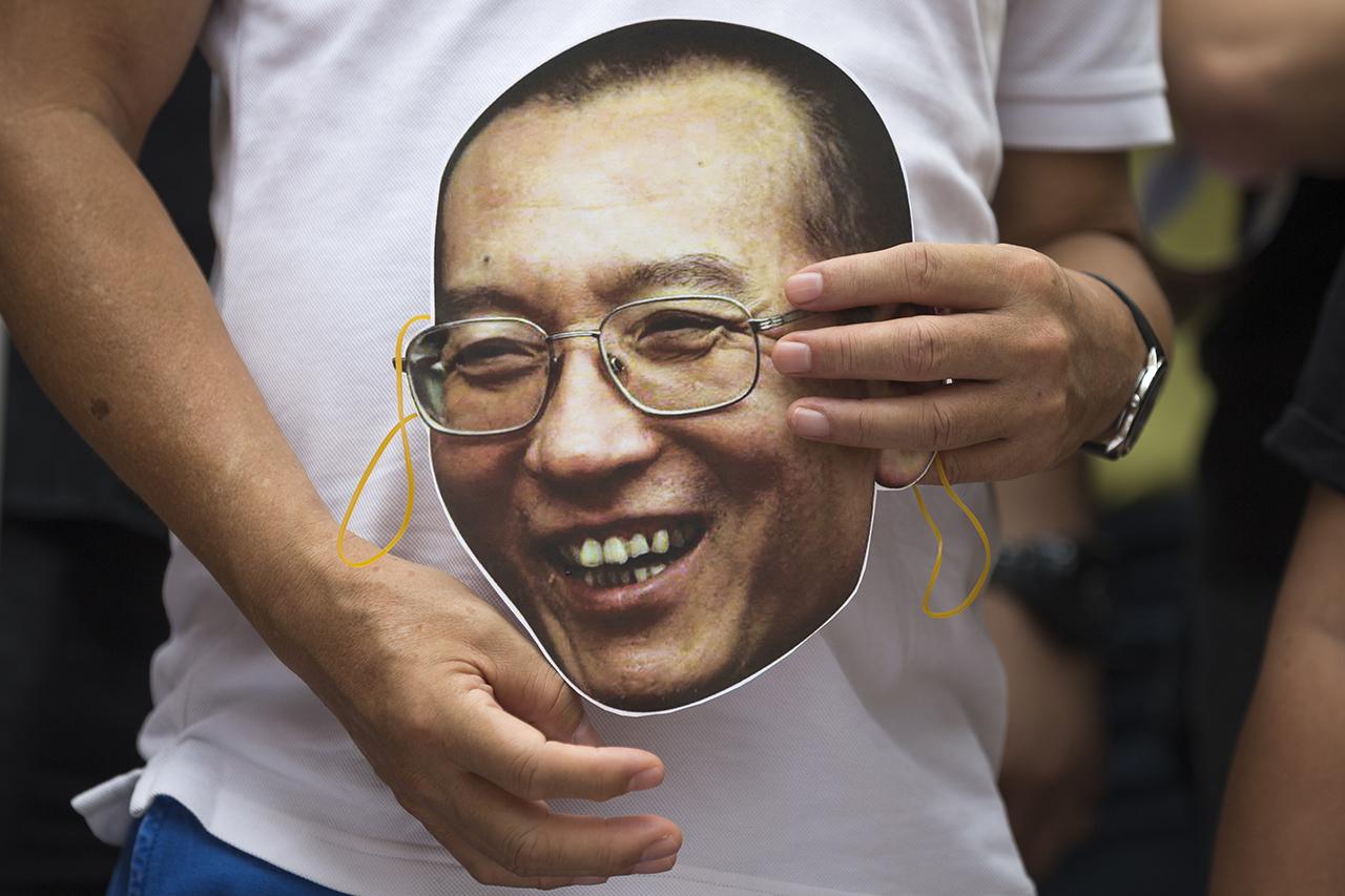 ЕС и Великобритания просят Китайская народная республика выпустить диссидента ЛюСяобо налечение