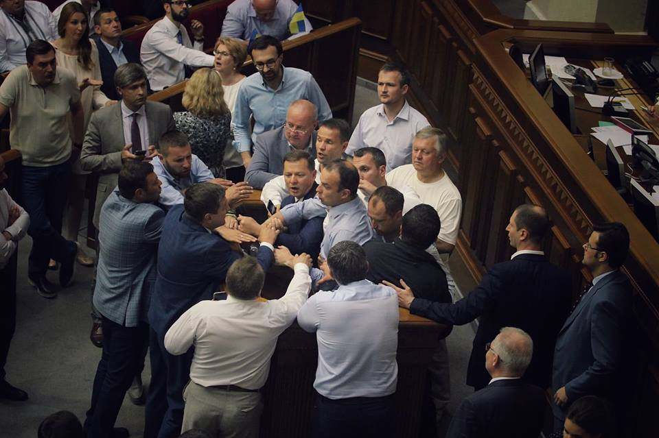 Олег Ляшко и Егор Соболев повздорили у трибуны из-за аудитора НАБУ