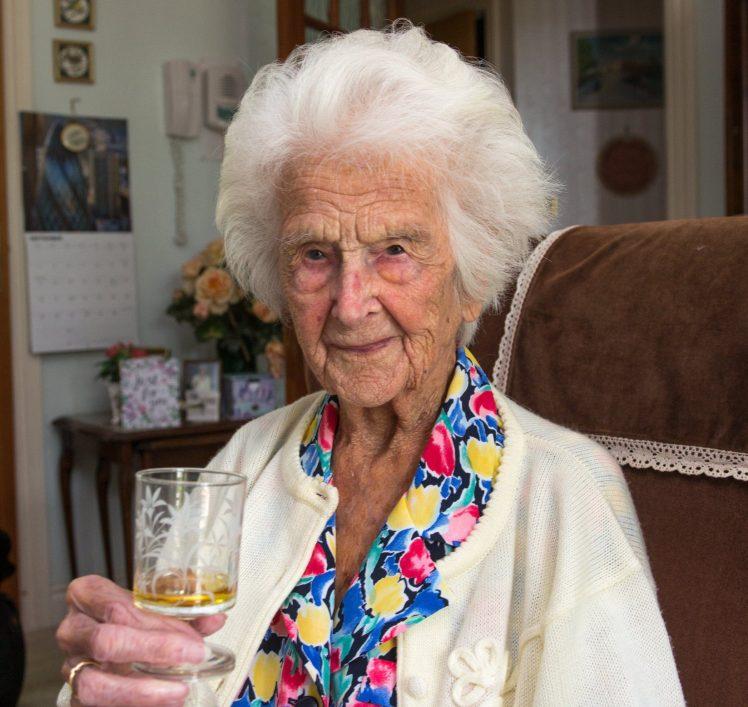 Грэйс Джонс и ее ночная порция виски / Источник: SWNS