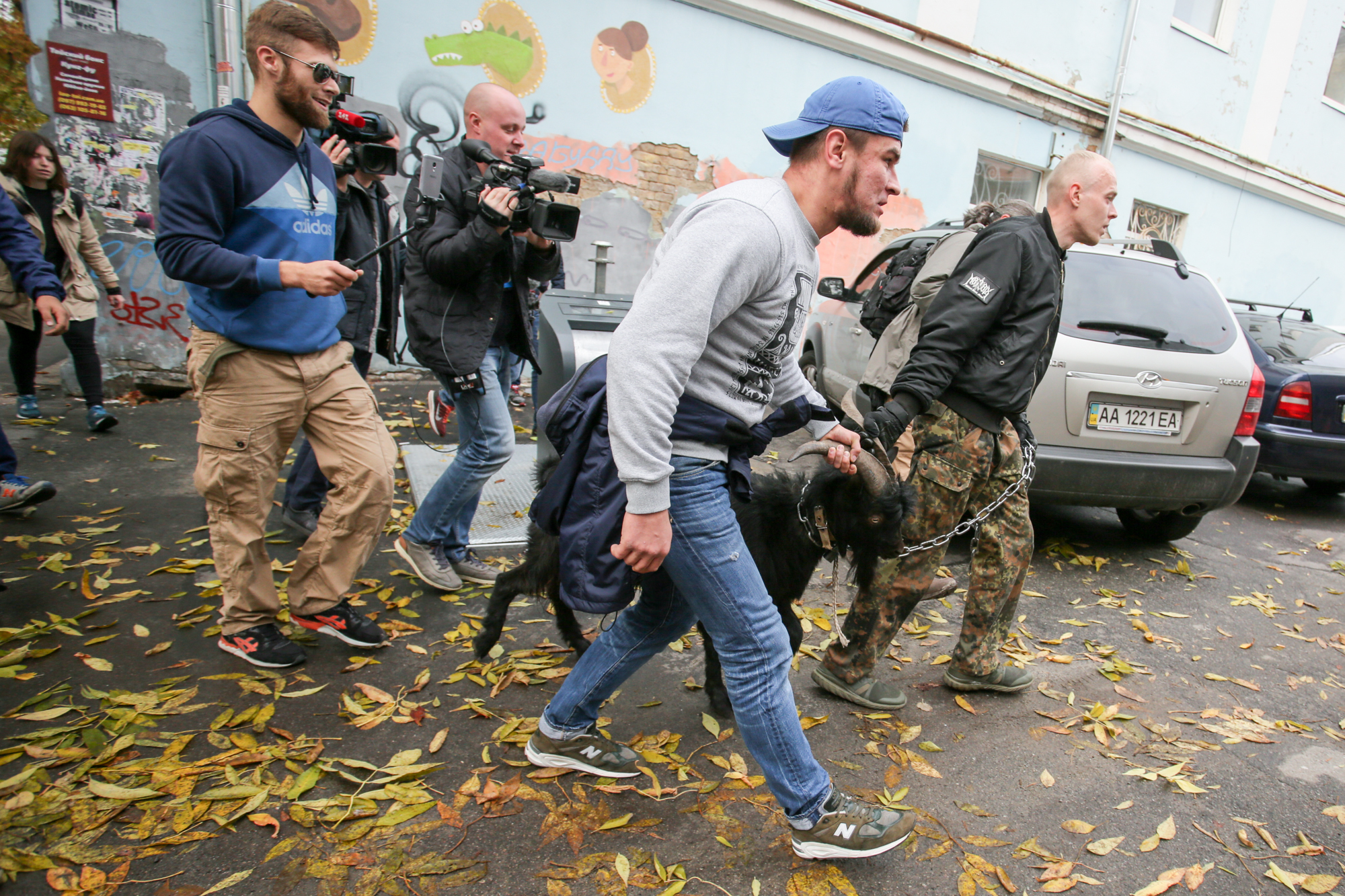 Украинские радикалы привели кпосольству Чехии козла после предложения Земана поКрыму