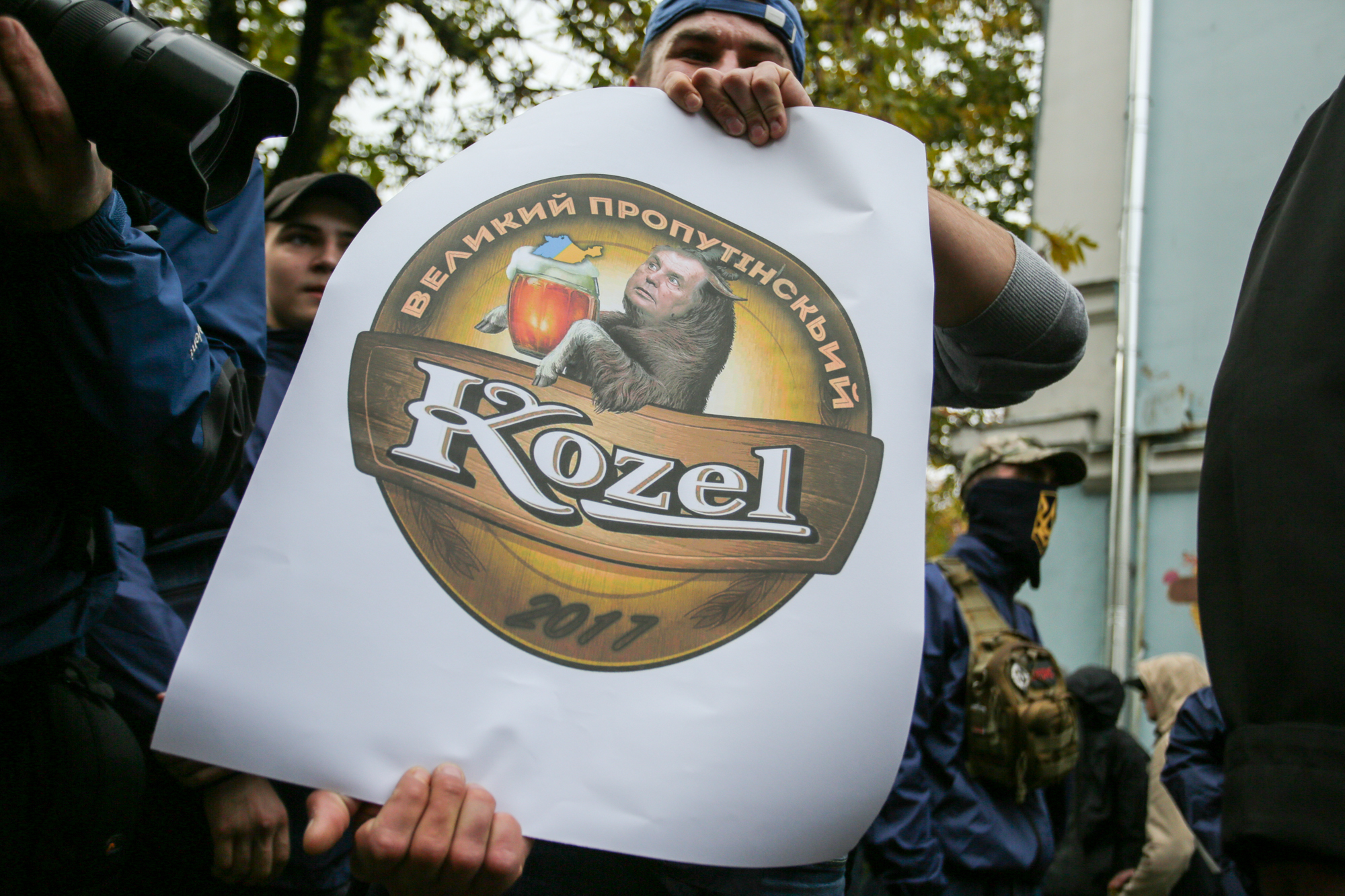 Националисты привели под посольство Чехии козла Милоша Земана: хотели познакомить стезкой