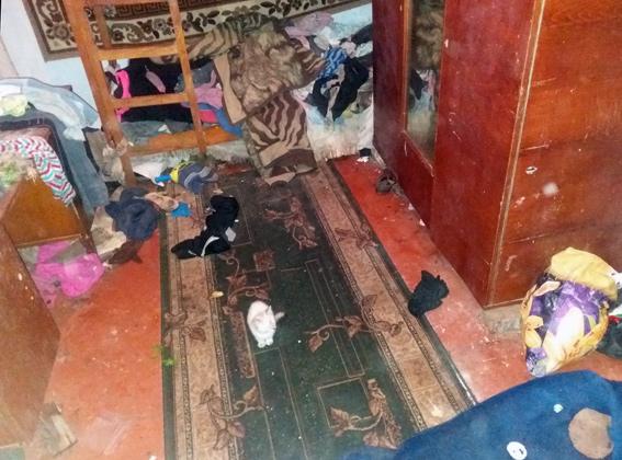 Мать закрыла троих детей внеотапливаемом доме без еды
