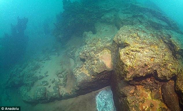 В щелочных водах озера руины замка сохранились в хорошем состоянии.