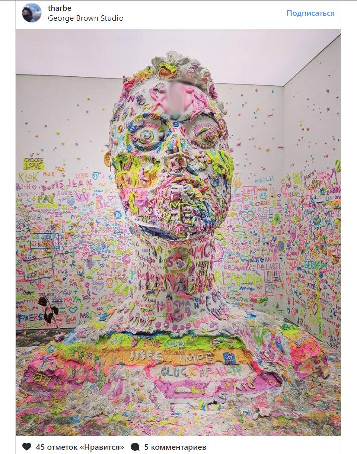Посетители нью-йоркской выставки оставили налбу скульптуры российский мат из 3-х букв