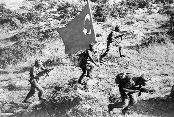 Турецкие солдаты во время вторжения на Кипр, 20 июля 1974 года / Источник: Cypriot
