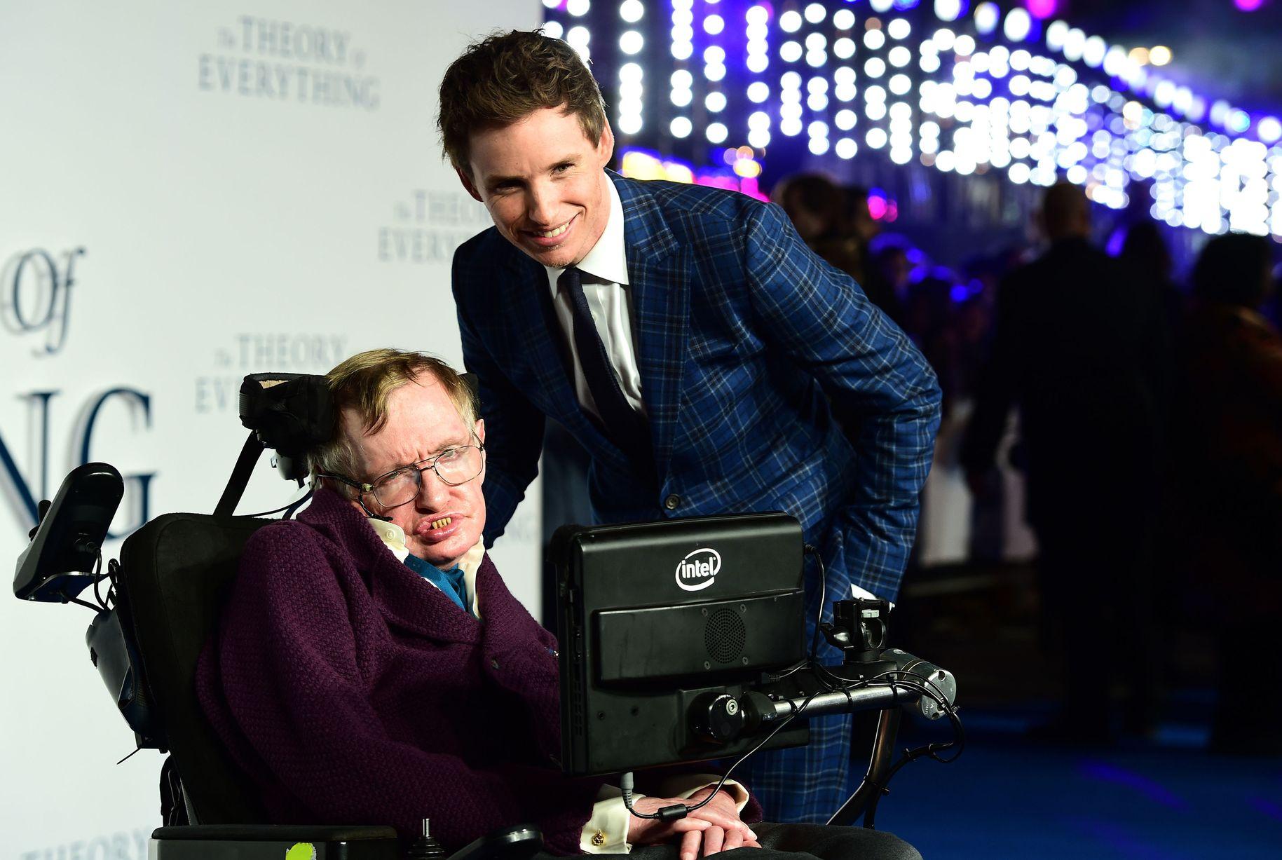 """Стивен Хокинг и Эдди Редмэйн на премьере фильма """"Теория всего"""" в Лондоне, 2014 год / Источник: Cambridge News"""