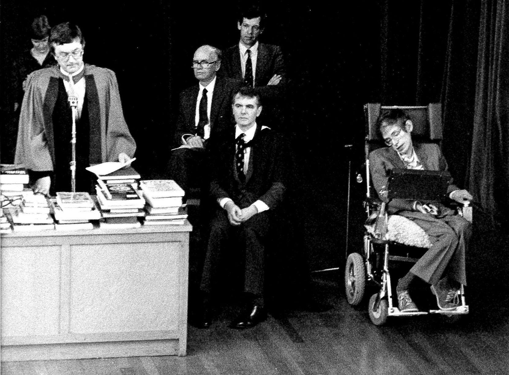 Выступление Стивена Хокинга в школе Perse School, 1988 год / Источник: Cambridge News