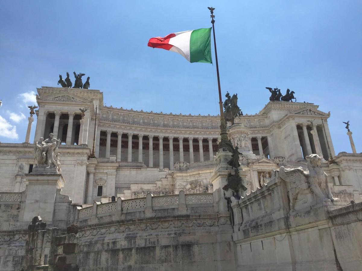 В Итальянской Республике парламент (высший законодательный орган) избирается на пять лет по пропорциональной системе и состоит из двух палат: Палата депутатов (630 человек) и Сенат республики (323 человека)
