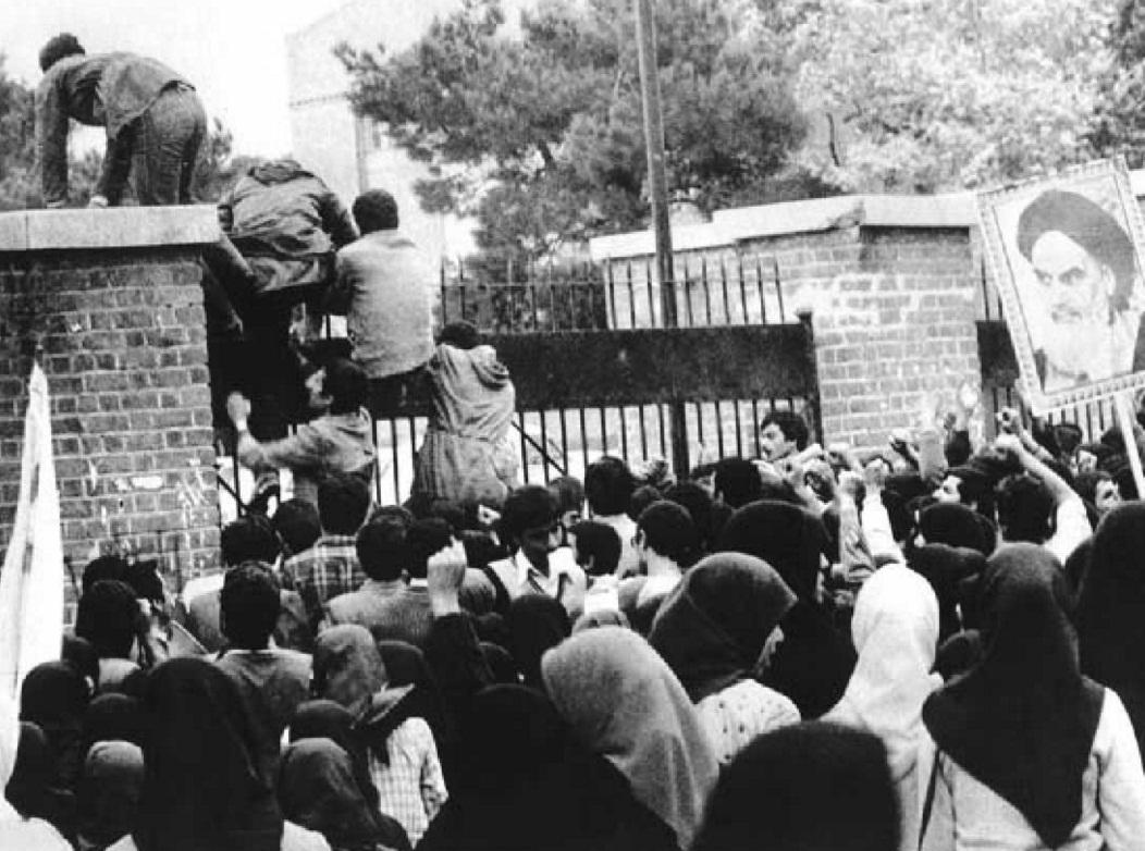 Студенты-исламисты взяли штурмом здание посольства США в Тегеране, 4 ноября 1979-го