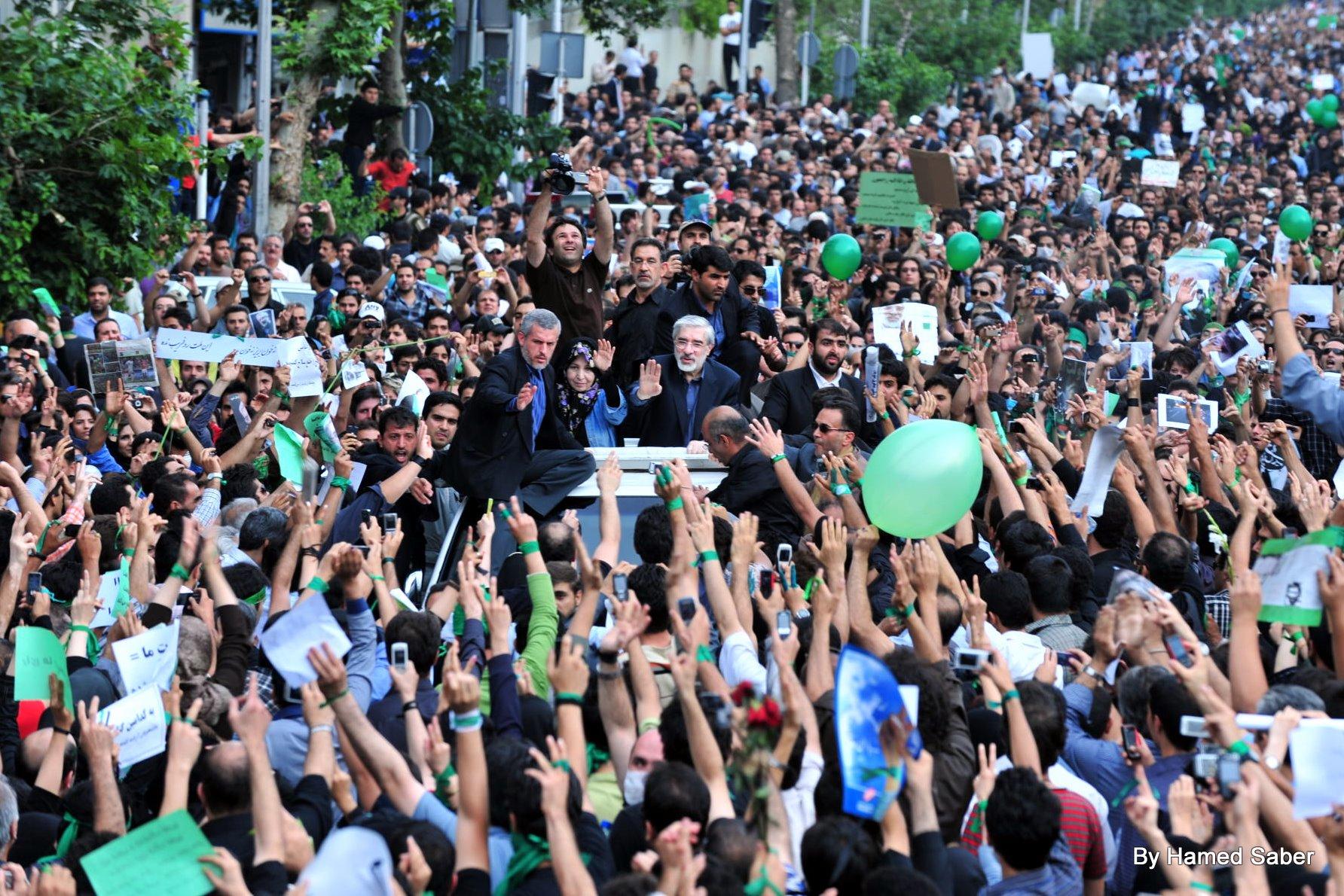 В Тегеране несколько тысяч человек вышли на демонстрации под лозунгами «Долой диктатора!» и «Смерть диктатору!». Мусави заявил, что будет добиваться перевыборов, июнь 2009-го