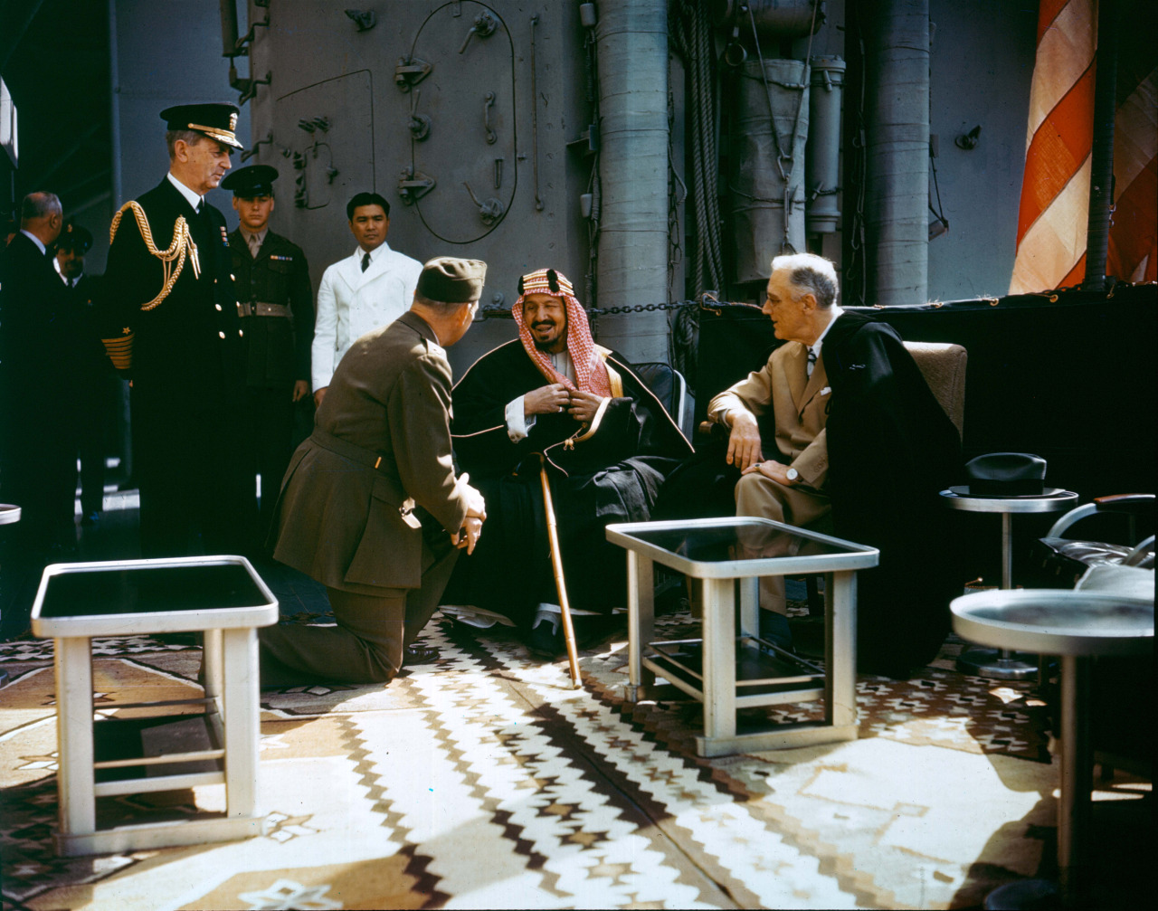 Абдул-Азиз Аль Сауд разговаривает с президентом США Франклином Д. Рузвельтом (справа) на борту крейсера «Куинси». 14 февраля 1945 года