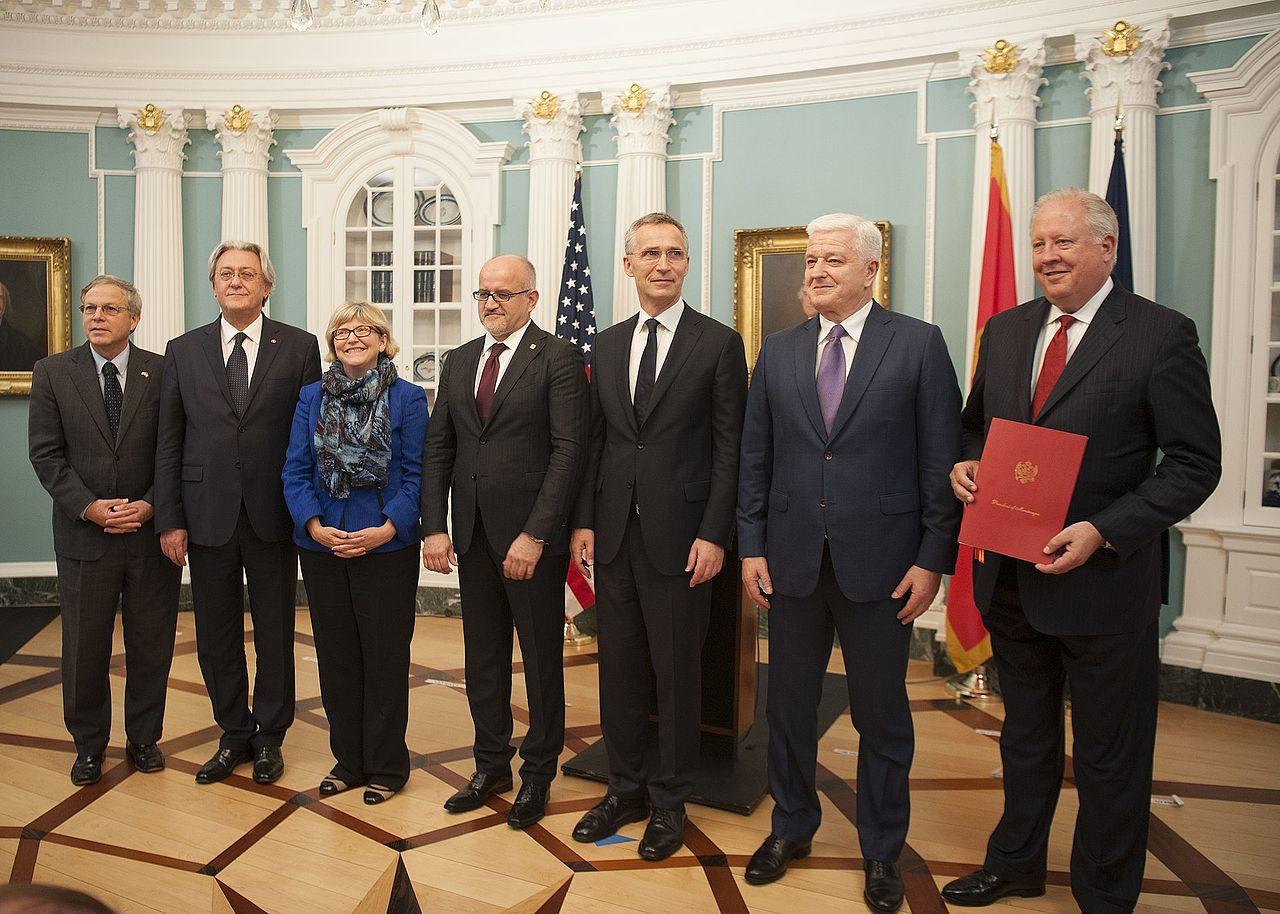 Премьер-министр Черногории Душко Маркович с генеральным секретарем НАТО Йенсом Столтенбергом в Вашингтоне, после присоединения Черногории к альянсу 5 июня 2017 года / Источник: Википедия