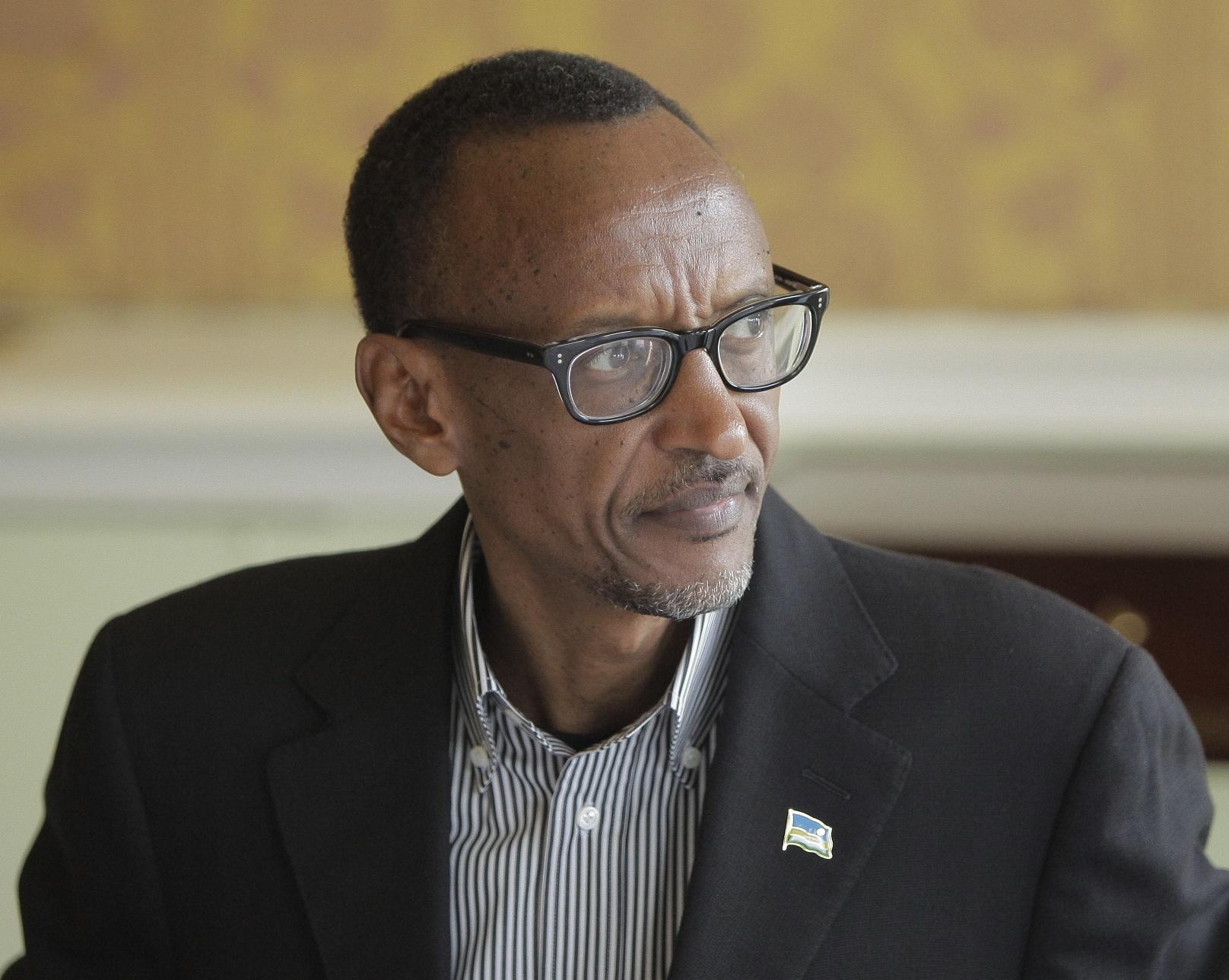 В 2000 году Кагаме отстранил президента от власти, взяв на себя полномочия главы государства