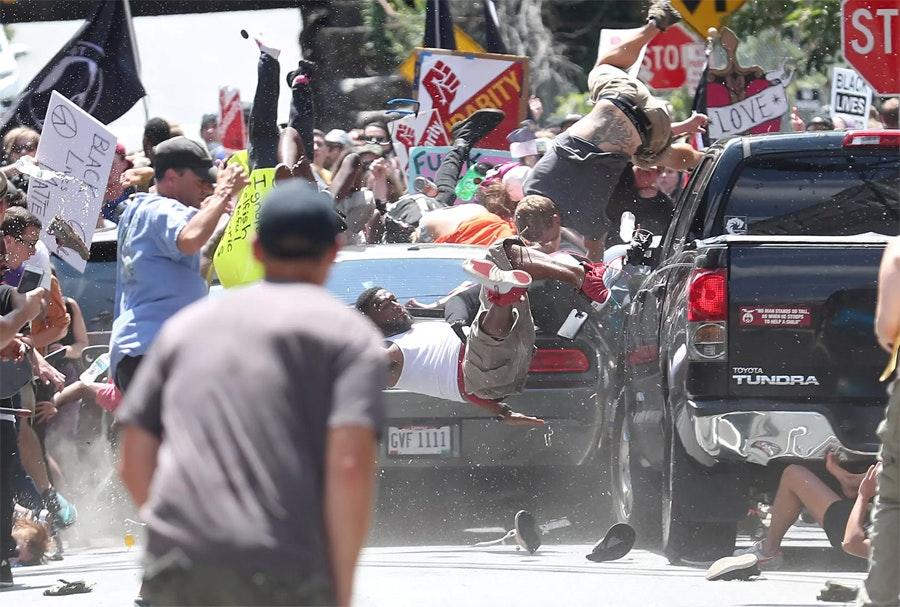 Автомобиль въехал в толпу протестующих в американском Шарлоттсвилле / Фото: Райан Келли