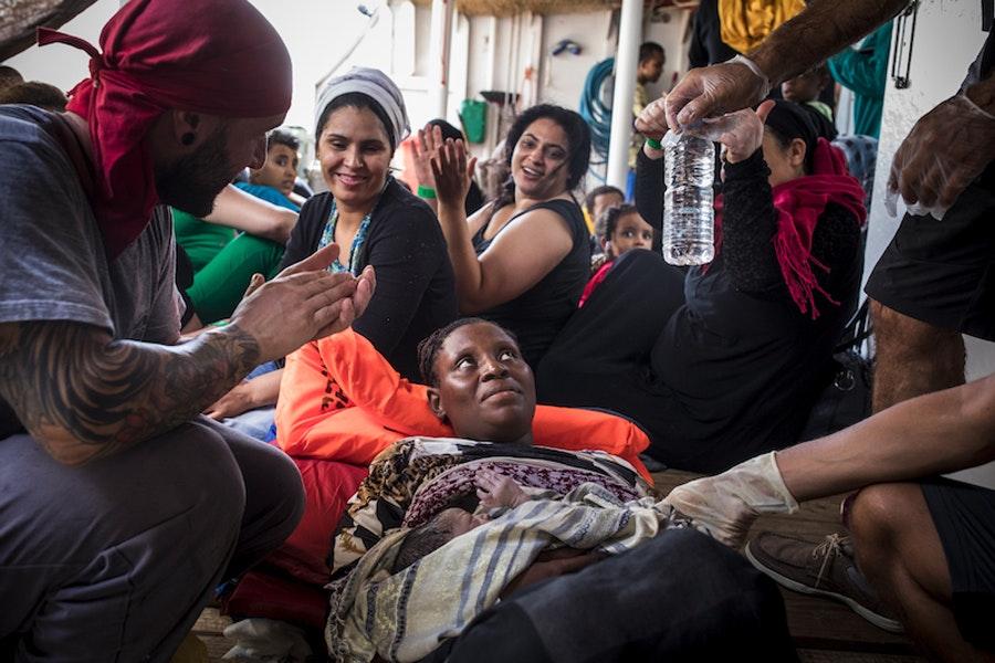 Беженка, родившая на борту судна во время пересечения Средиземного моря / Фото: Эду Байер